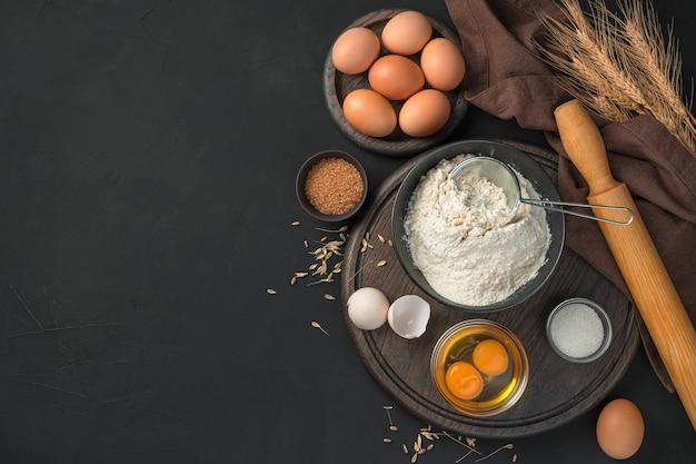 Zestaw składników do gotowania potraw z wypieku ciasta