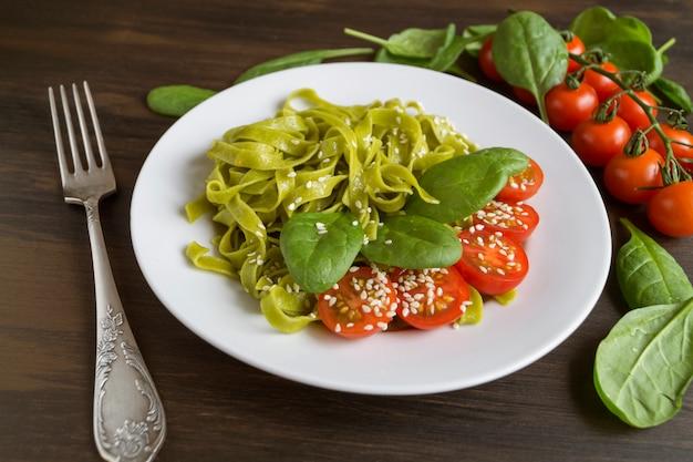Zestaw składników do włoskiego makaronu. czarne tło z wolnego miejsca na tekst.