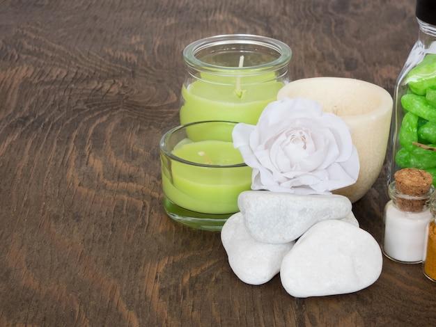Zestaw składników i przypraw do aromaterapii i pielęgnacji ciała na drewnianej powierzchni. spa martwa natura