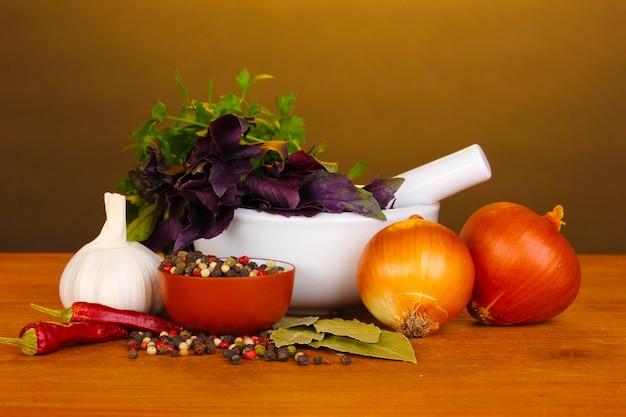 Zestaw składników i przypraw do gotowania na drewnianym stole