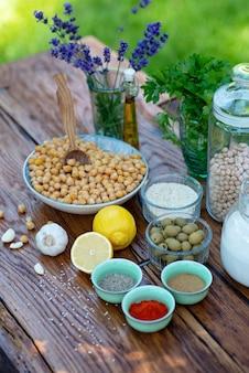 Zestaw składników na hummus na stole