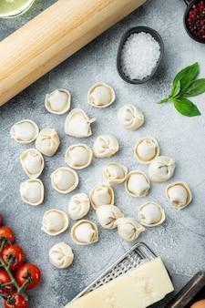 Zestaw składników tortellini, na szarym tle, płaski widok z góry