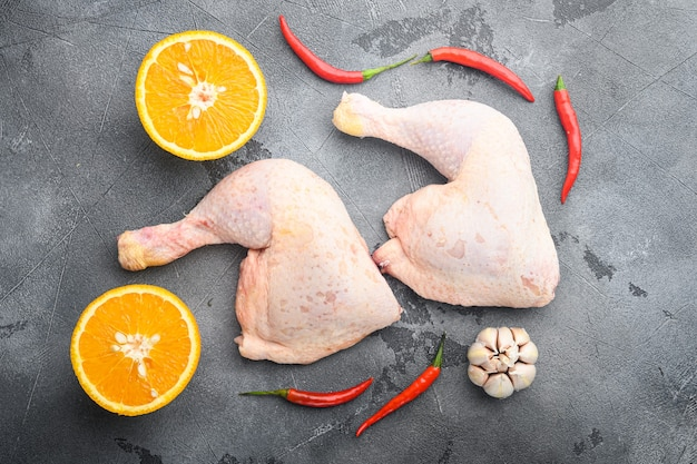 Zestaw składników z kurczaka lepki hoisin, z pomarańczą i chili, na szarym stole, widok z góry na płasko