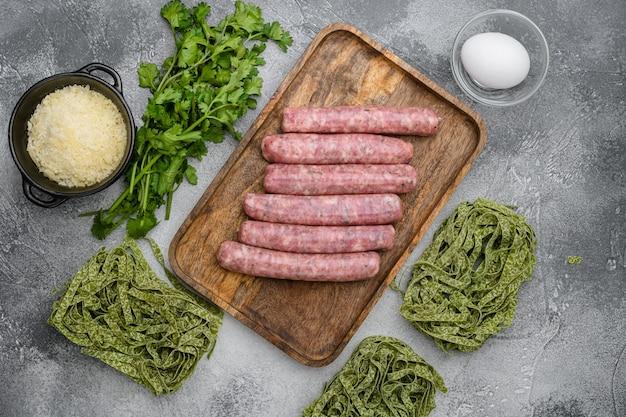 Zestaw składników żywności kuchni włoskiej, na szarym tle kamiennego stołu, widok z góry płaski lay