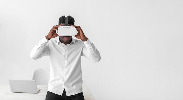 Zestaw słuchawkowy do rzeczywistości wirtualnej używany przez biznesmena