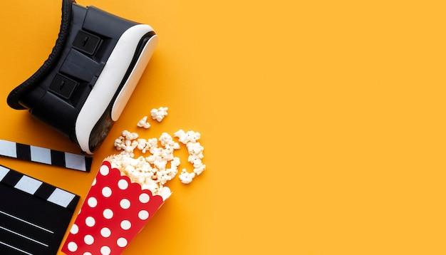 Zestaw słuchawkowy do rzeczywistości wirtualnej z widokiem z góry i popcorn