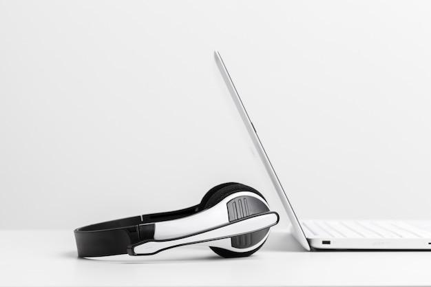 Zestaw słuchawkowy i laptop komputerowy, obsługa call center