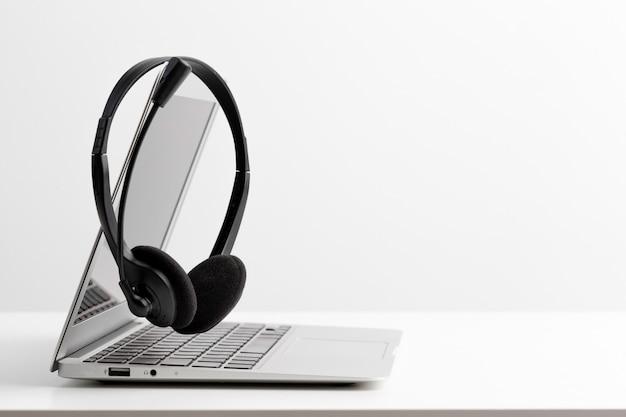 Zestaw słuchawkowy i laptop komputerowy