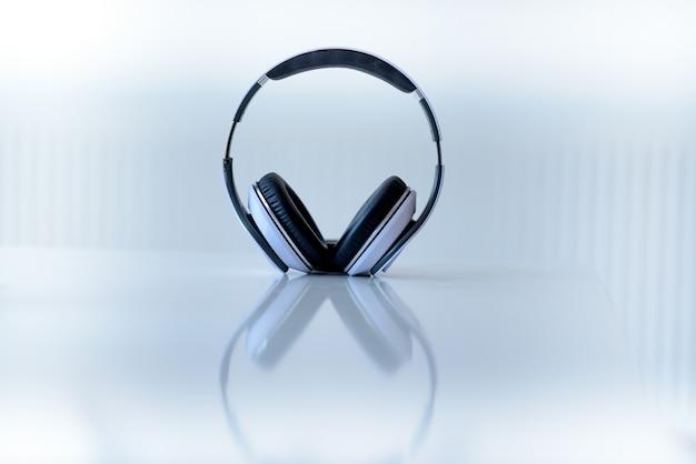 Zestaw słuchawkowy na białej powierzchni