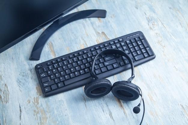 Zestaw słuchawkowy na klawiaturze komputera. obsługa klienta. wsparcie