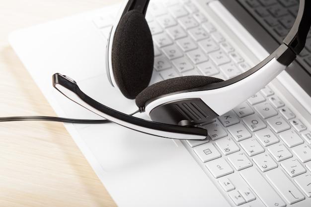Zestaw słuchawkowy na klawiaturze laptopa