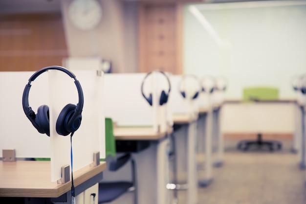 Zestaw słuchawkowy na stole w pokoju call center.