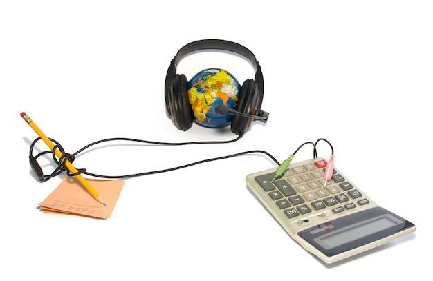 Zestaw słuchawkowy na świecie z ołówkiem, notatką i kalkulatorem na białym tle