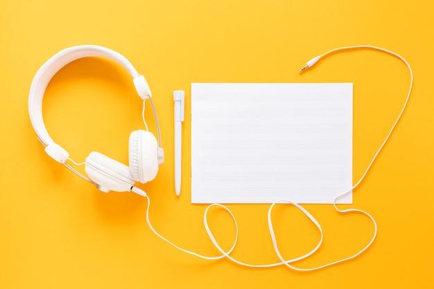 Zestaw słuchawkowy widok z góry na żółtym tle