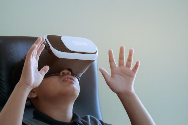 Zestaw słuchawkowy wirtualnej rzeczywistości nad technologią tło wirtualnego ekranu cyfrowego do nauki nauki nowej symulacji