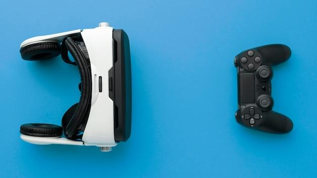 Zestaw słuchawkowy wirtualnej rzeczywistości z widokiem z góry z joystickiem