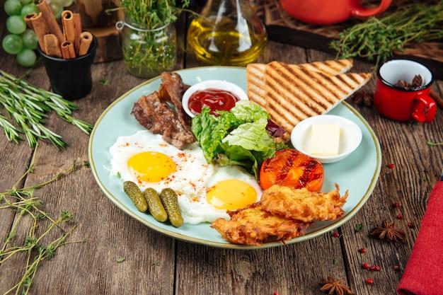 Zestaw śniadaniowy smażone bekonowe ziemniaczane naleśniki tostowe