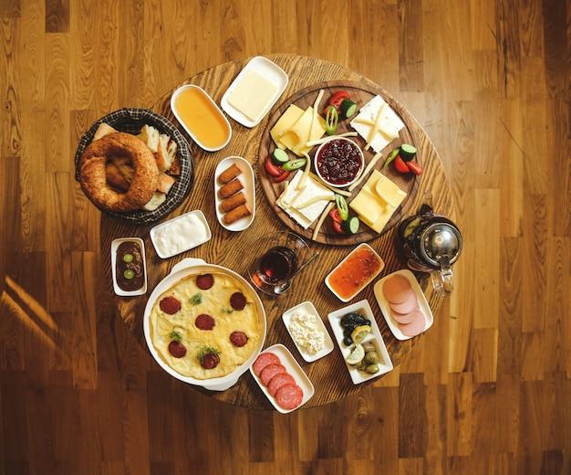 Zestaw śniadaniowy z aranżacją potraw