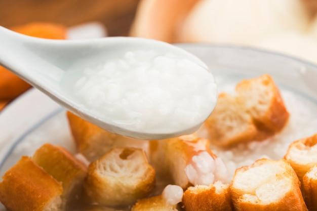 Zestaw śniadaniowy z chińską owsianką, paluszki z ciasta smażonego
