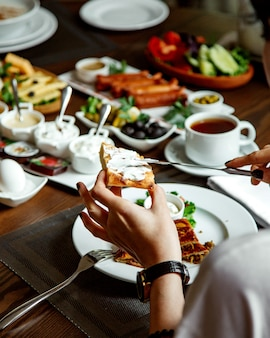 Zestaw śniadaniowy z różnymi potrawami na stole
