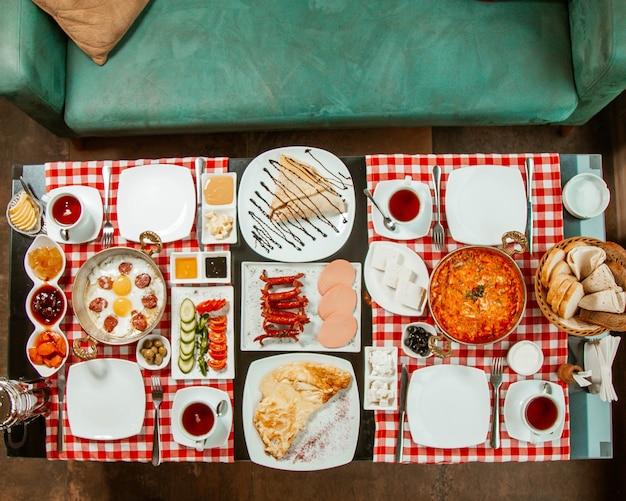Zestaw śniadaniowy z różnymi potrawami