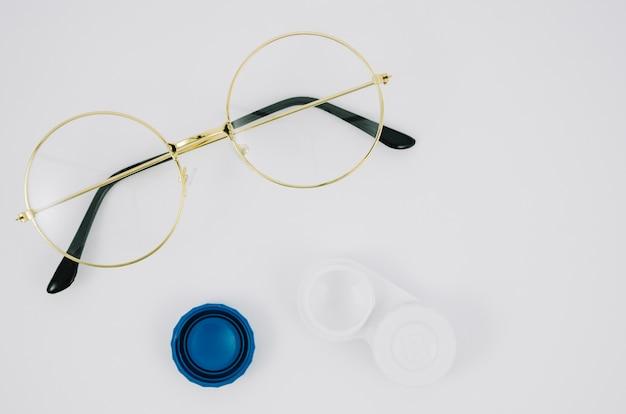 Zestaw soczewek kontaktowych i parę okularów widok z góry