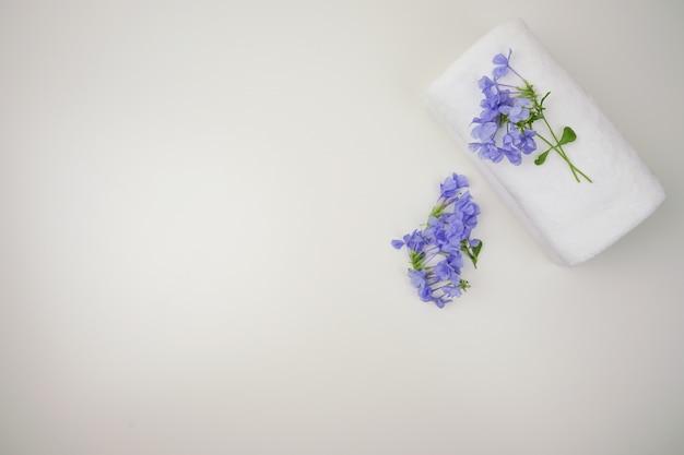 Zestaw solankowy. uroda i moda spa set.towel i sól spa z świeca