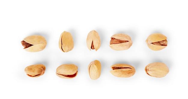 Zestaw solonych pistacji na białym tle
