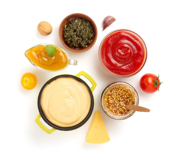 Zestaw sosów dip w misce na białym tle