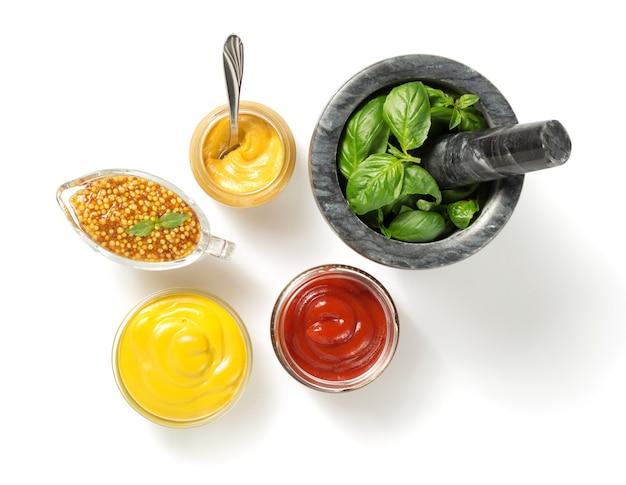 Zestaw sosów dipowych i przypraw na białym tle