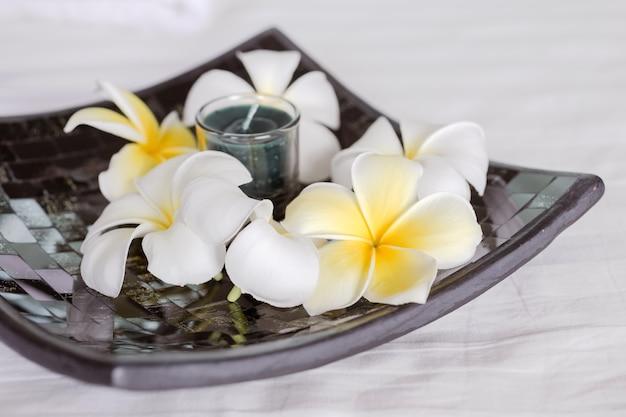 Zestaw spa i masaż, który obejmuje świecę.