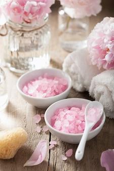 Zestaw spa z kwiatami piwonii i różową ziołową solą