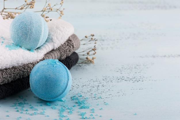 Zestaw spa z niebieskimi bombami do kąpieli