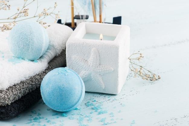 Zestaw spa z niebieskimi kulami do kąpieli