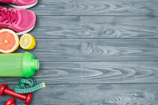 Zestaw sportowy leżący z soczystymi owocami
