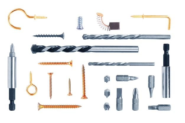 Zestaw śrub, śrub, gwoździ, wierteł, haków, bitów i innych narzędzi budowlanych na białym tle