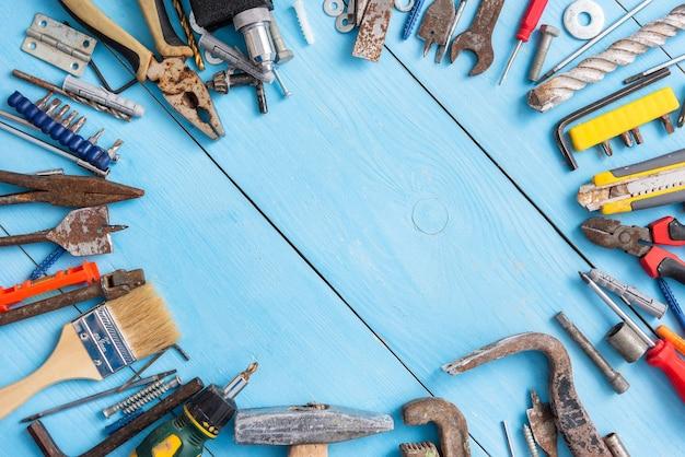Zestaw starych narzędzi do naprawy. widok z góry.