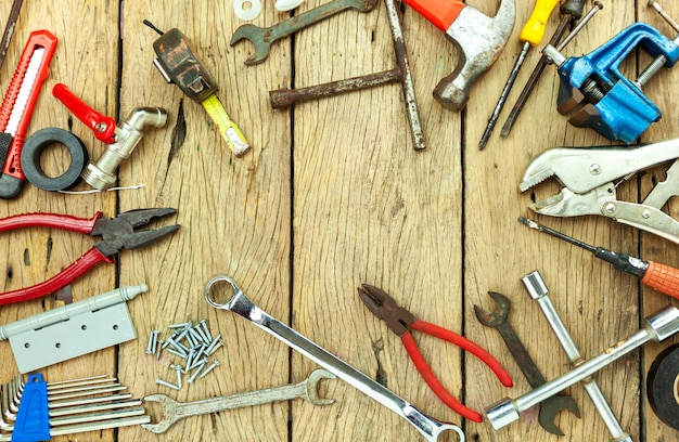 Zestaw starych narzędzi na drewnianym tle koncepcji dzień ojca i święto pracy