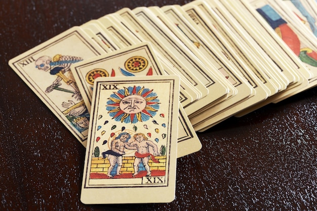 Zestaw starych obrazkowych kart tarota