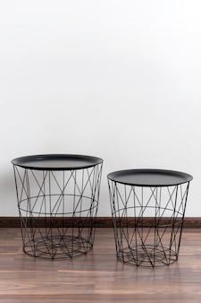 Zestaw stołek ze stali czarny na białym tle