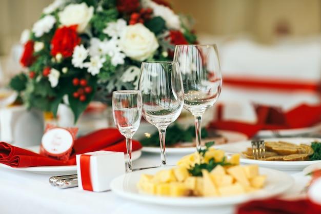 Zestaw stołowy na wesele lub inną kolację z jedzeniem.
