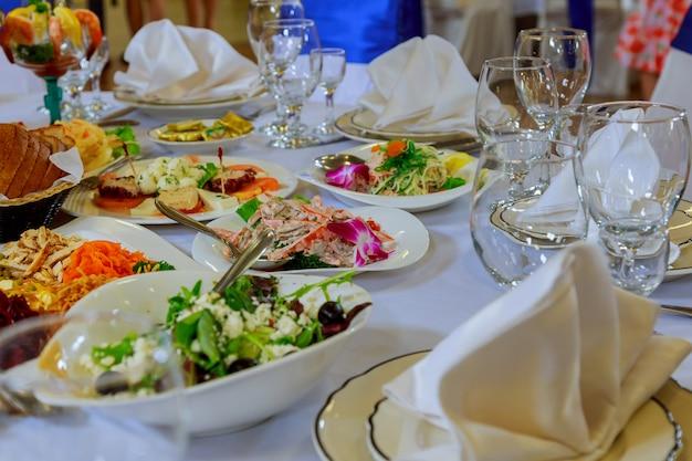 Zestaw stołowy na wesele lub inną kolację z jedzeniem