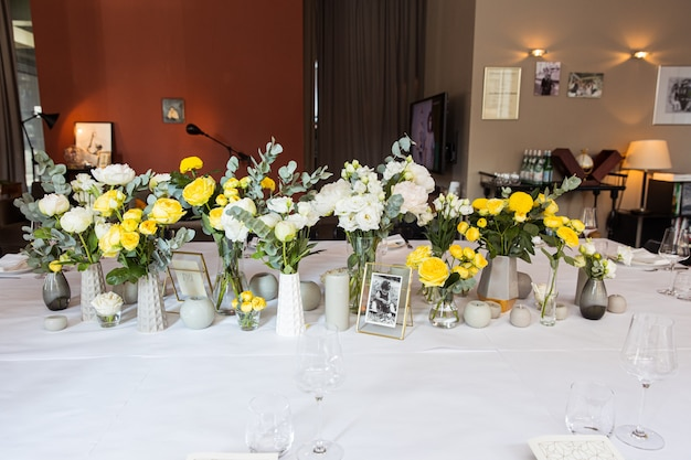 Zestaw stołowy z żółtymi różami na świąteczne przyjęcie