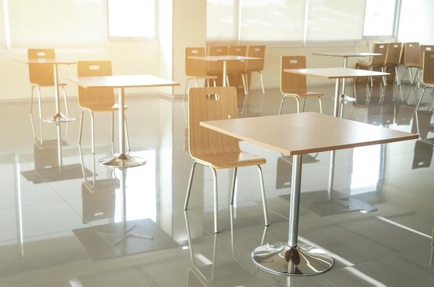 Zestaw stołu i krzeseł w pokoju jako dystans społeczny, który chroni i zapobiega rozprzestrzenianiu się wirusa w pomieszczeniu wewnętrznym w celu opieki zdrowotnej nad życiem ludzi. dystans społeczny dla koncepcji wirusa corona