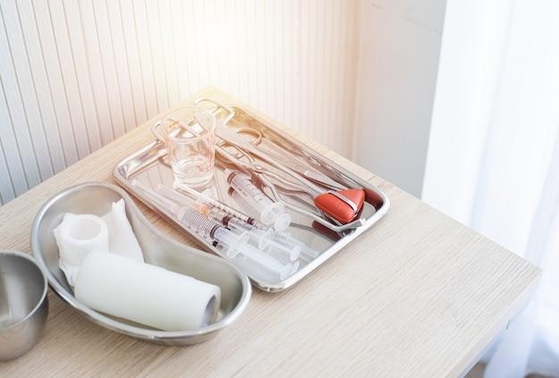 Zestaw strzykawki i obiektu chirurgicznego na tablecie na białym tle. wyposażenie medyczne