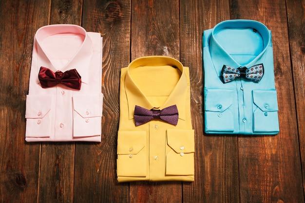 Zestaw stylowych kolorowych męskich koszul z muszką