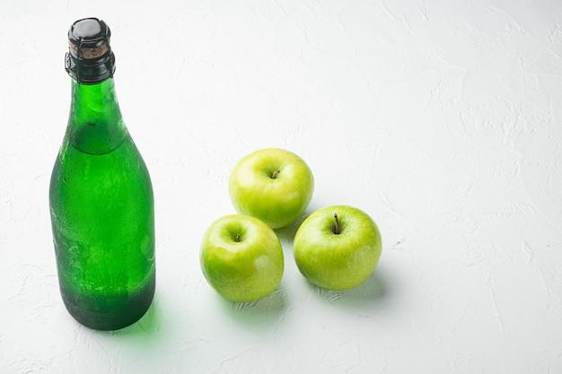 Zestaw suchego cydru jabłkowego, na białym tle kamiennego stołu, z miejscem na kopię tekstu