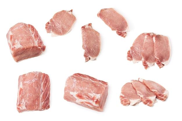Zestaw surowego mięsa wieprzowego samodzielnie na cały kawałek i krojenie mięsa. widok płaski, widok z góry
