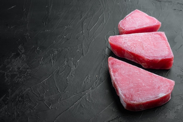 Zestaw surowego mrożonego fileta z tuńczyka na czarnym kamieniu