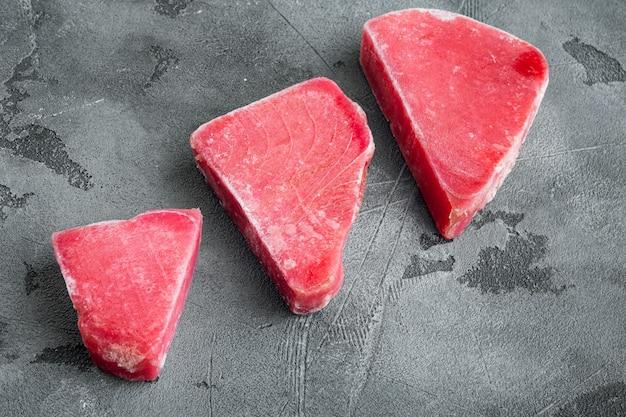 Zestaw surowego mrożonego fileta z tuńczyka na szarym kamieniu